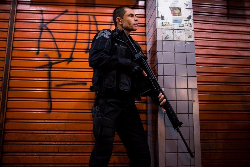 30.BRAZYLIA, Rio de Janeiro, 30 marca 2014: Policjant podczas zabezpieczania faweli Complexo da Mare. (Foto: Buda Mendes/Getty Images)