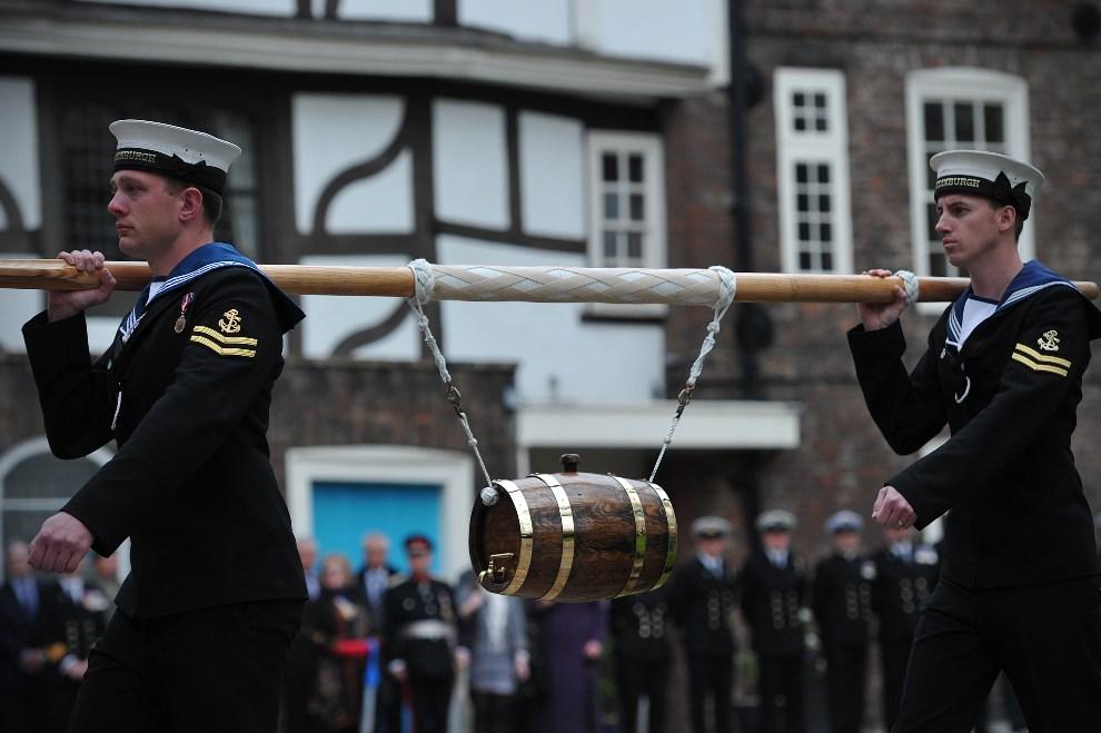 31.WIELKA BRYTANIA, Londyn, 10 maja 2013: Marynarze z HMS Illustrious, Edinburgh i Blythe,  wnoszą symboliczną daninę, po zacumowaniu w porcie. AFP PHOTO / CARL   COURT