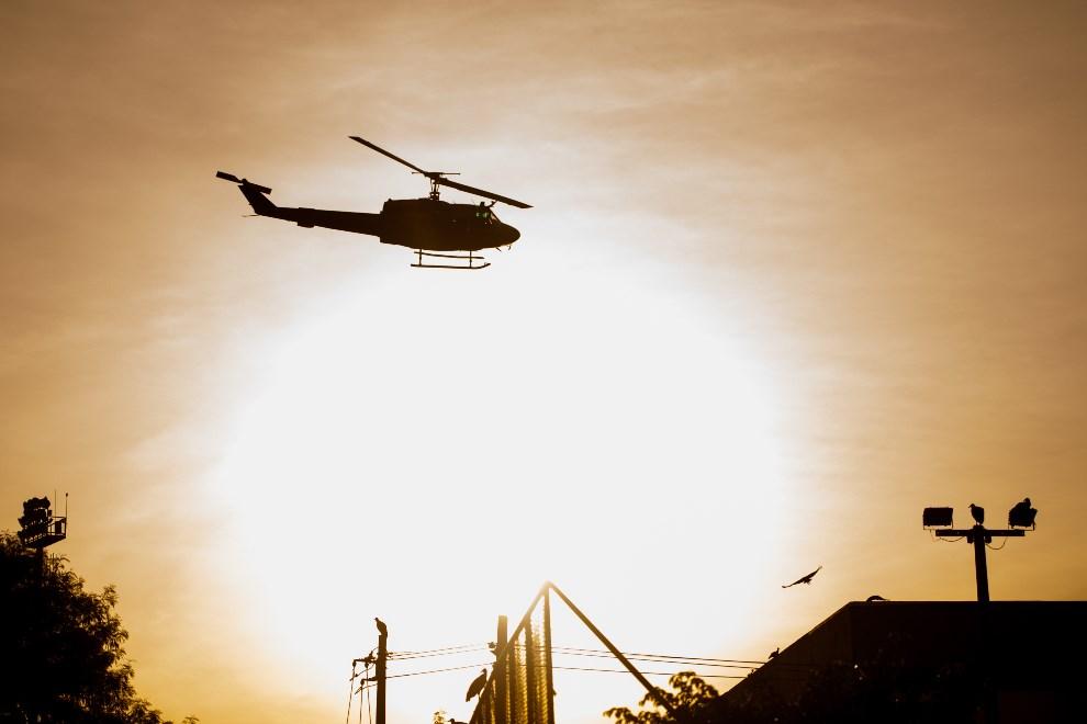 31.BRAZYLIA, Rio de Janeiro, 30 marca 2014: Policyjny helikopter przelatujący nad fawelą. (Foto: Buda Mendes/Getty Images)