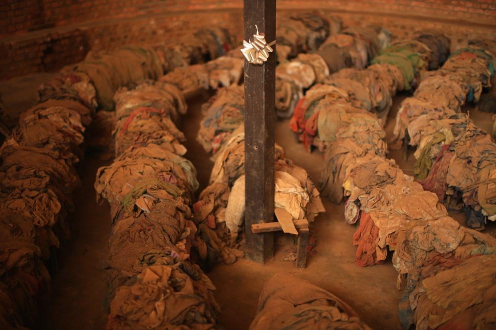 31.RWANDA, Nyamata, 4 kwietnia 2014: Ubrania blisko 10 tys. ofiar zamordowanych Tutsi, którzy w 1994 roku schronili na terenie misji katolickiej. (Foto: Chip   Somodevilla/Getty Images)
