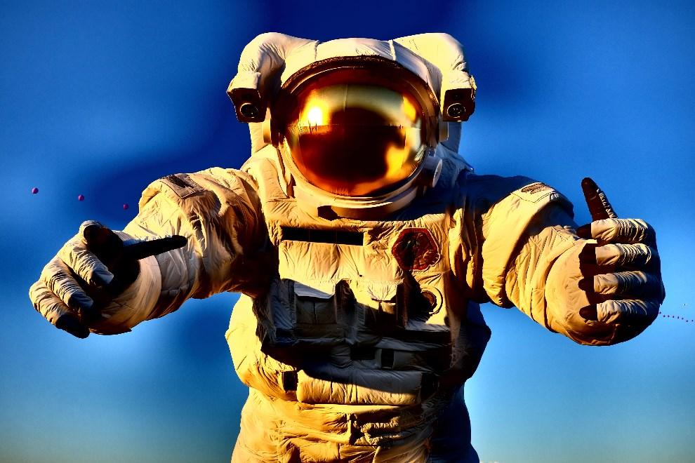 31.USA, Indio, 11 kwietnia 2014: Balon-astronauta unoszący się nad bawiącym się tłumem. (Foto: Frazer Harrison/Getty Images for Coachella)