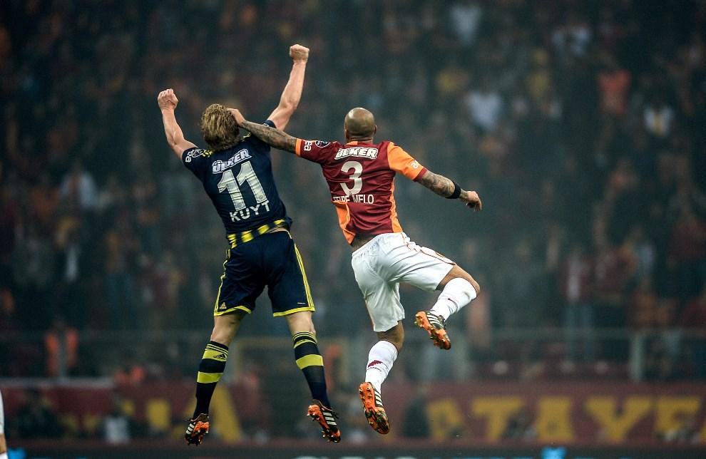 31.TURCJA, Stambuł, 6 kwietnia 2014: Dirk Kuyt i Felipe Melo walczą o piłkę podczas meczu zespołów Fenerbahce i Galatasaray. AFP PHOTO/BULENT KILIC