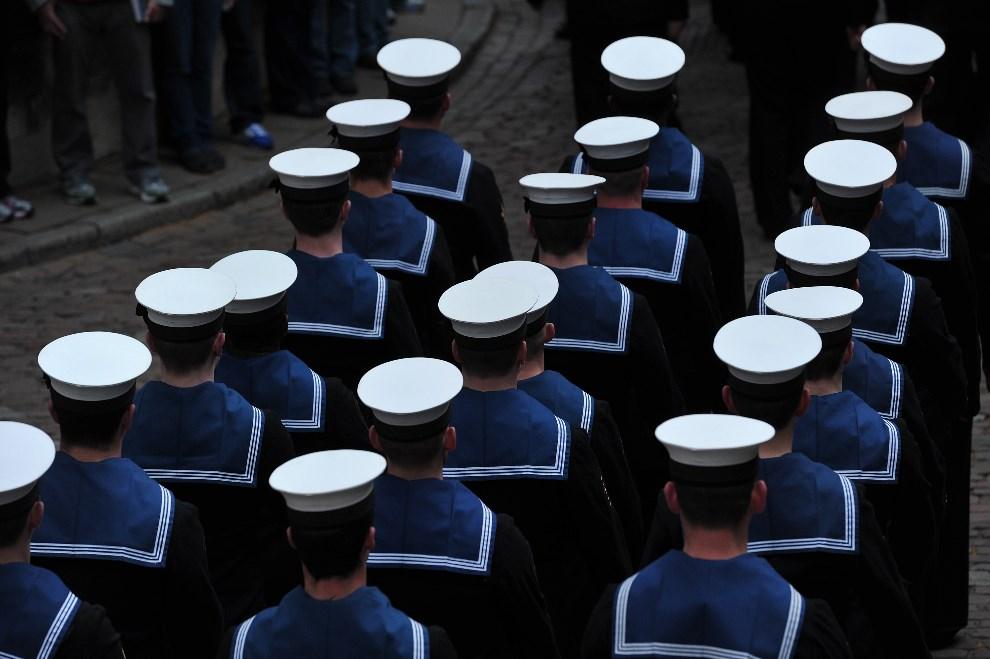 32.WIELKA BRYTANIA, Londyn, 10 maja 2013: Załogi HMS Illustrious, Edinburgh i Blythe, po zejściu na ląd. AFP PHOTO / CARL COURT