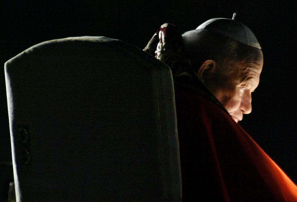 32.WŁOCHY, Rzym, 18 kwietnia 2003: Jan Paweł II podczas Drogi Krzyżowej.  AFP