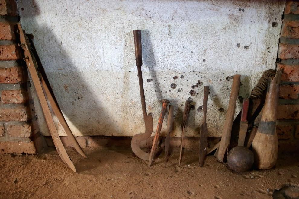 32.RWANDA, Ntarama, 4 kwietnia 2014: Broń używana podczas walk w 1994 roku. (Foto: Chip Somodevilla/Getty Images)