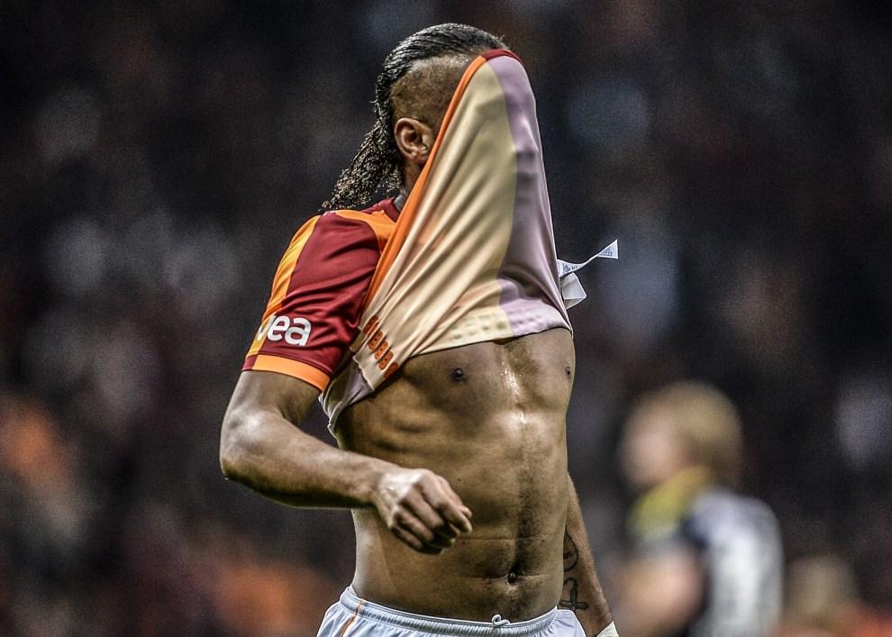 33.TURCJA, Stambuł, 6 kwietnia 2014: Didier Drogba podczas meczu zespołów Fenerbahce i Galatasaray. AFP PHOTO/BULENT KILIC