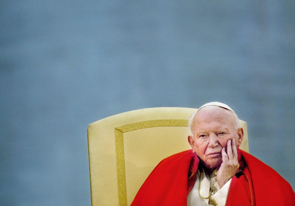 34.WŁOCHY, Rzym, 10 kwietnia 2003: Jan Paweł II podczas spotkania z młodzieżą. AFP PHOTO PAOLO COCCO