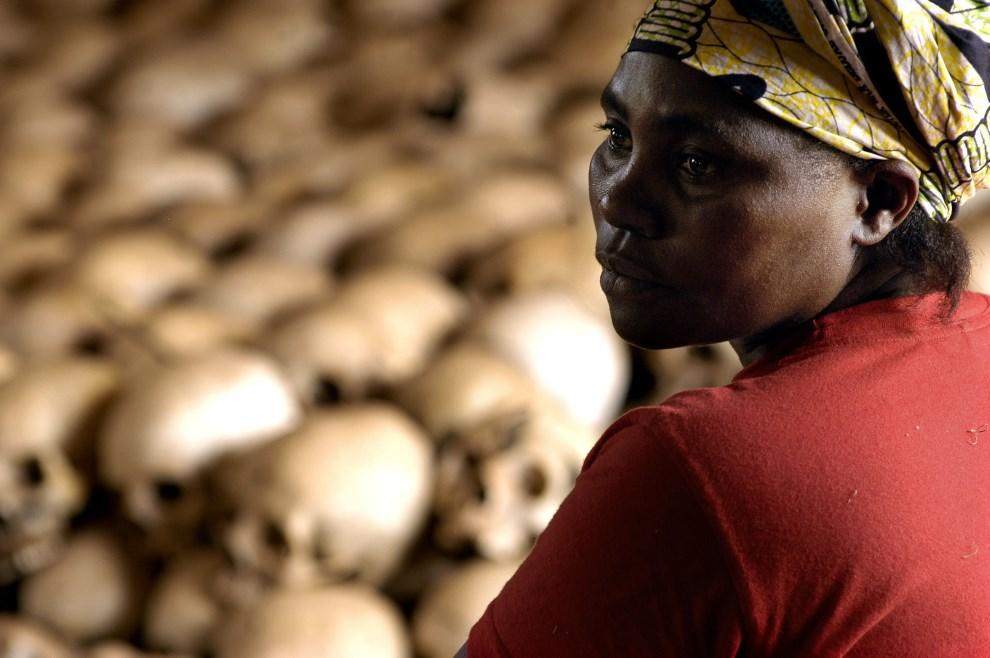 34.RWANDA, Nyamata, 27 lutego 2004: Danielle Nyirabazungu pracująca w Centrum Pamięci o Ofiarach Ludobójstwa. AFP PHOTO GIANLUIGI GUERCIA