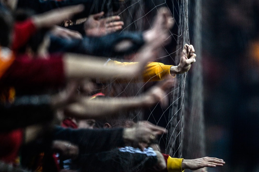 34.TURCJA, Stambuł, 6 kwietnia 2014: Kibice Galatasaray cieszą się ze zwycięstwa w meczu z Fenerbahce. AFP PHOTO/BULENT KILIC