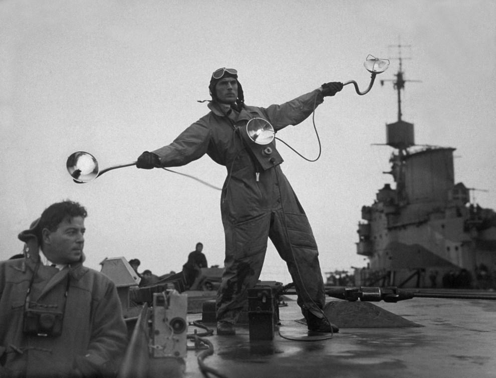 34.Lokalizacja nieznana, ok. 1942: Oficer naprowadzający lądujące samoloty na pokładzie HMS Illustrious (1940). (Foto: Hulton Archive/Getty Images)