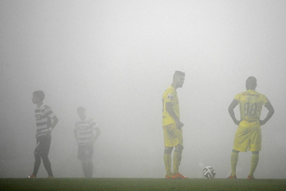 35.PORTUGALIA, Pacos Ferreira, 5 kwietnia 2014: Zawodnicy czekają na rozpoczęcie meczu w gęstej mgle. AFP PHOTO/MIGUEL RIOPA