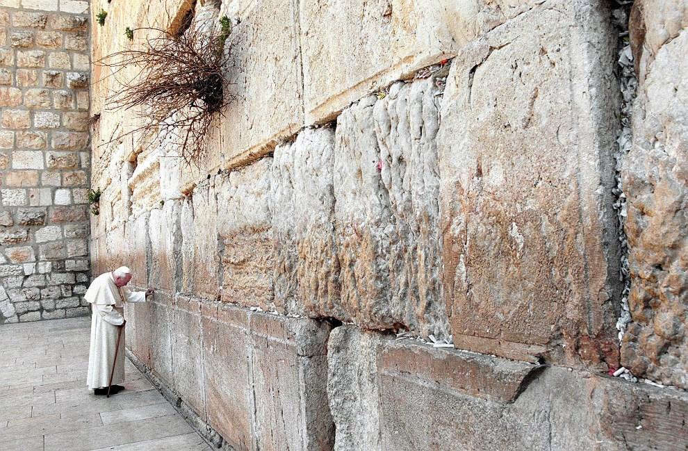 36.IZRAEL, Jerozolima, 26 marca 2000: Jan Paweł II przed Ścianą Płaczu. AFP PHOTO MENAHEM KAHANA