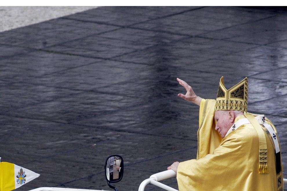 37.WATYKAN, 25 grudnia 2002: Jan Paweł II pozdrawia wiernych zebranych na Placu Świętego Piotra. (Foto: Franco Origlia/Getty Images)