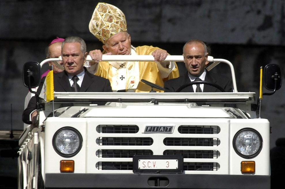 38.WATYKAN, 18 maja 2003: Jan Paweł II wjeżdża na Plac Świętego Piotra, gdzie odprawił mszę w dniu swoich urodzin. (Foto: Franco Origlia/Getty Images)