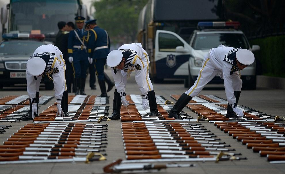 3.CHINY, Pekin, 24 kwietnia 2014: Kompania reprezentacyjna przygotowuje się do przywitania królowej Danii. AFP
