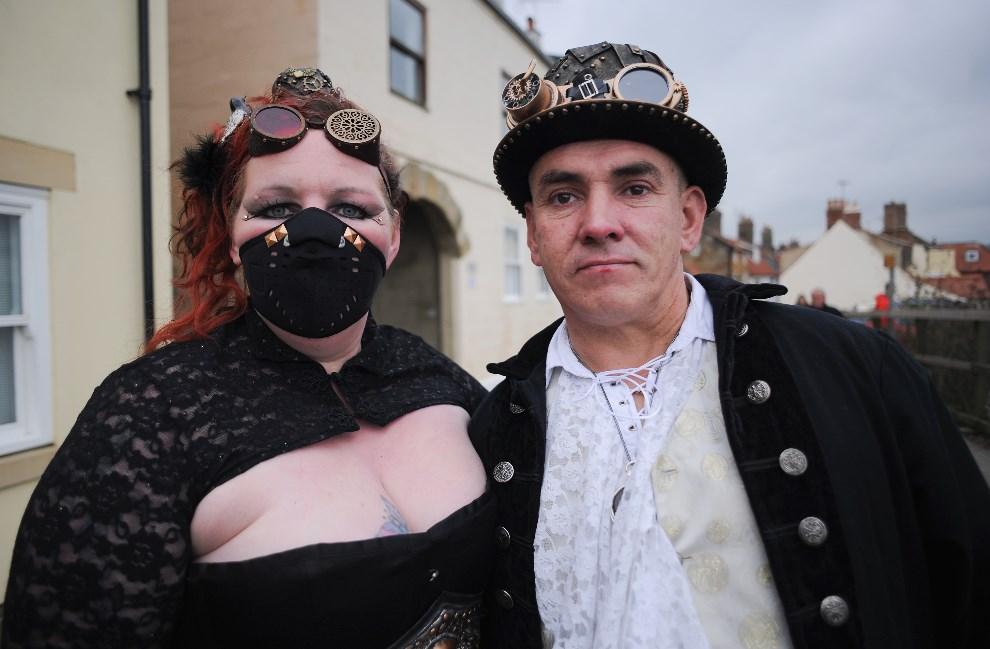 3.WIELKA BRYTANIA, Whitby, 2 listopada 2013: Vicky i Paul Allen z Preston podczas wizyty na gotyckim weekendzie w Whitby. (Foto: Ian Forsyth/Getty Images)