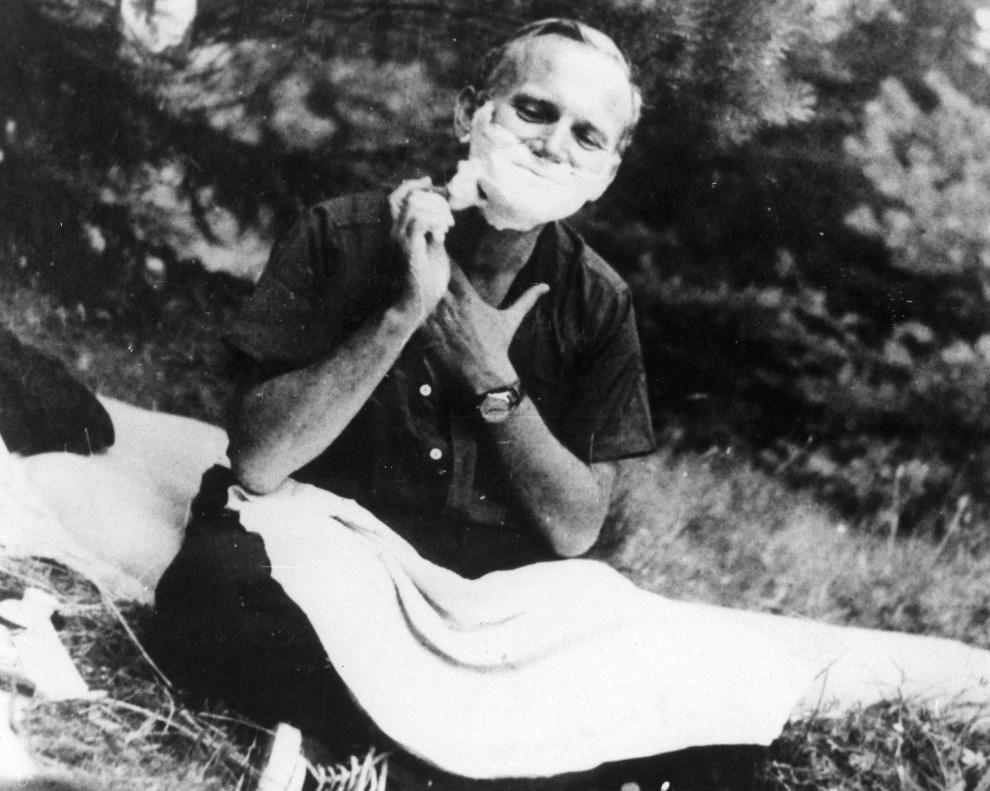 3.BRAK LOKALIZACJI, około roku 1960: Karol Wojtyła podczas golenia. (Foto: Keystone/Getty Images)