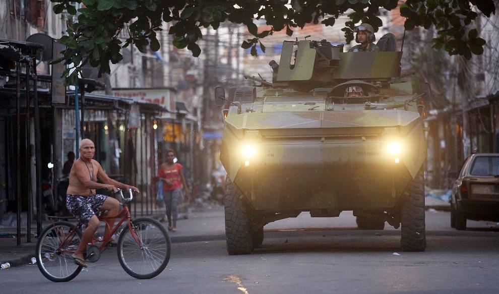 3.BRAZYLIA, Rio de Janeiro, 30 marca 2014: Żołnierze wkraczający do faweli Complexo da Mare. (Foto: Mario Tama/Getty Images)