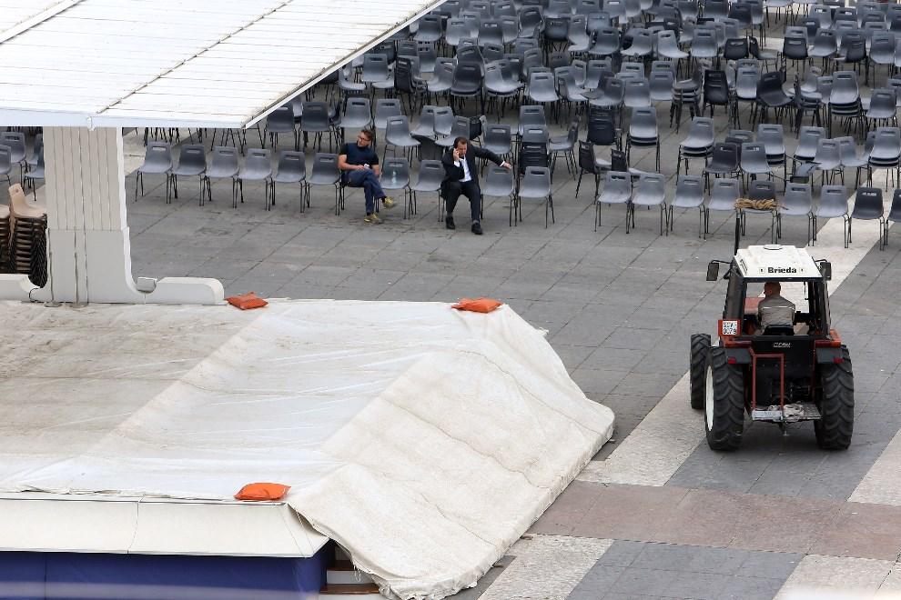 3.WATYKAN, 25 kwietnia 2014: Traktor przed ołtarzem na Placu Świętego Piotra. (Foto: Franco Origlia/Getty Images)