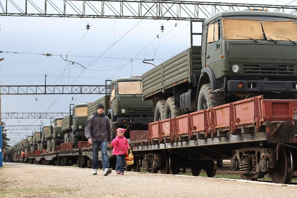 3.UKRAINA, Ostryakovo, 1 kwietnia 2014: Rosyjski transport wojskowy zmierzający na Krym. AFP PHOTO/ YURIY LASHOV