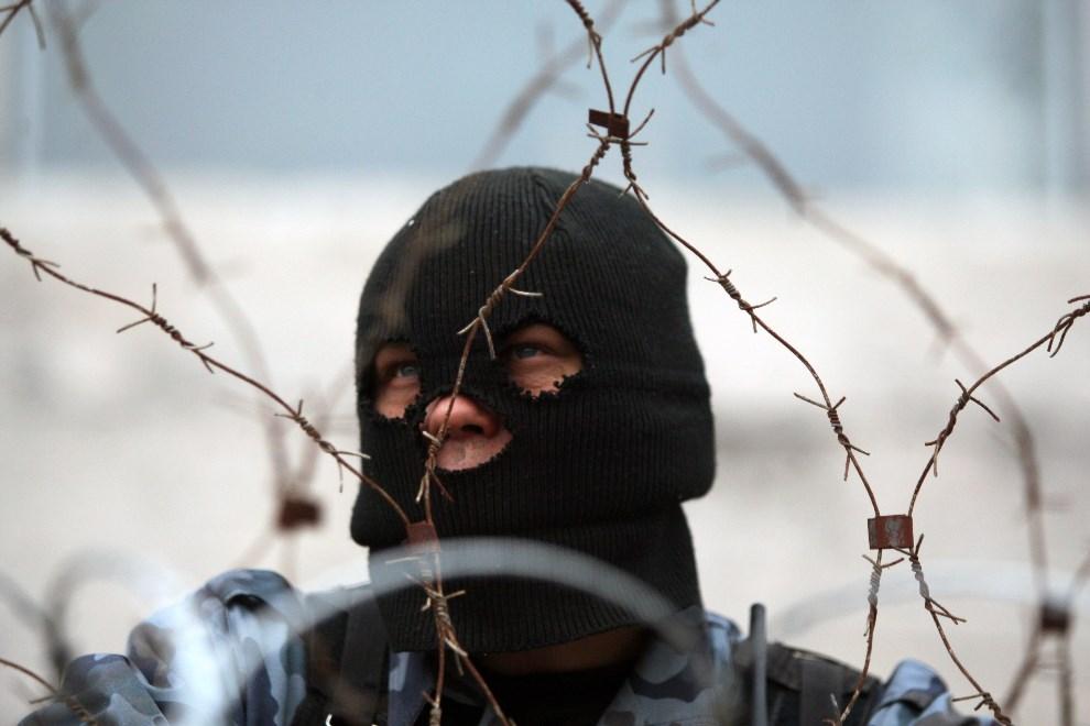 3.UKRAINA, Donieck, 10 kwietnia 2014: Mężczyzna z prorosyjskiej grupy na barykadzie przed budynkiem administracji lokalnej. AFP PHOTO / ALEXANDER KHUDOTEPLY