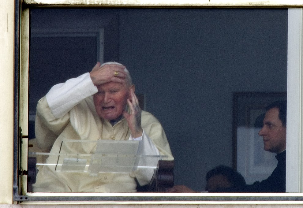 40.WŁOCHY, Rzym, 13 marca 2005: Jan Paweł II za szybą pokoju w klinice Gemelli. AFP
