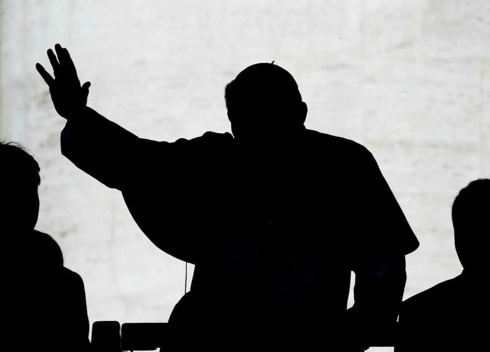 41.WATYKAN, 16 kwietnia 2003: Jan Paweł II pozdrawia wiernych podczas audiencji generalnej. AFP PHOTO PAOLO COCCO