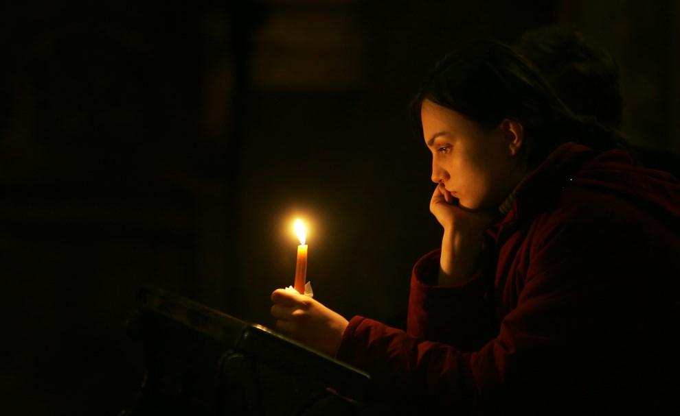 43.POLSKA, Częstochowa, 3 kwietnia 2005: Kobieta w bazylice na Jasnej Górze następnego dnia po śmierci Jana Pawła II. AFP
