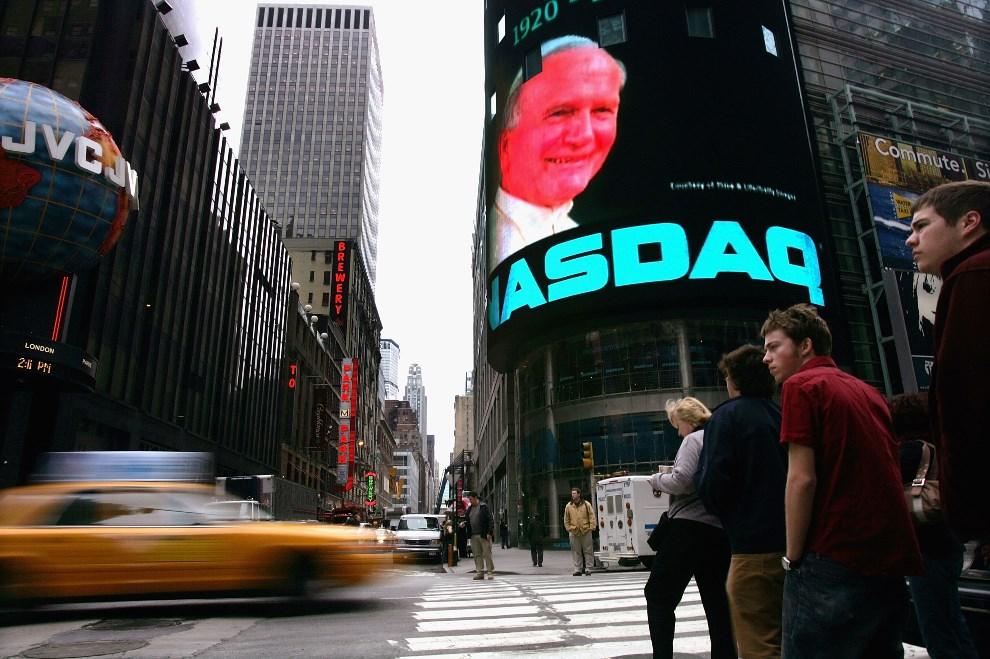 44.USA, Nowy Jork, 8 kwietnia 2005: Zdjęcie Jana Pawła II na Times Square.  Spencer Platt/Getty Images/AFP PHOTO