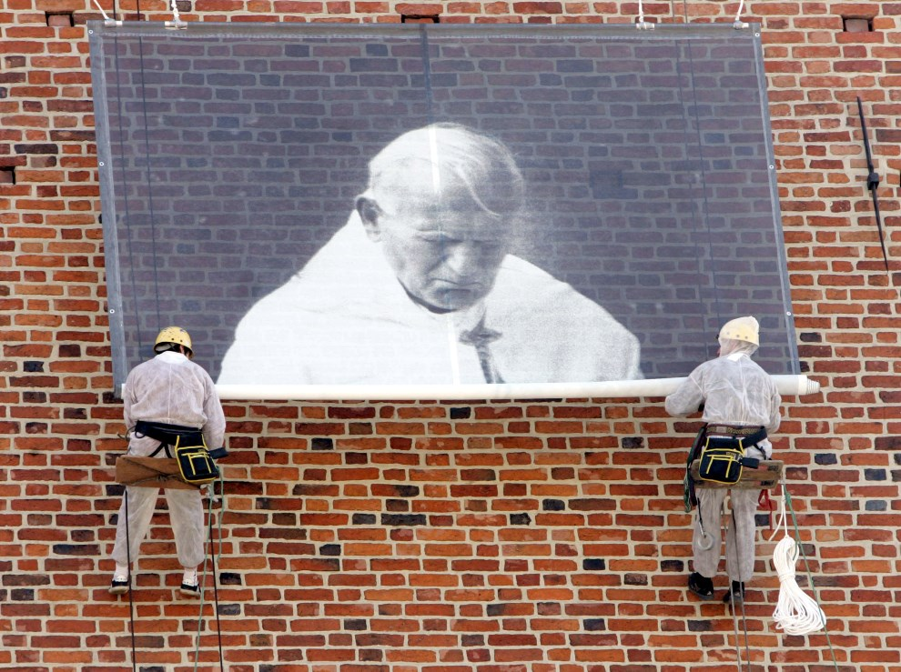 45.POLSKA, Kraków, 2 kwietnia 2005: Portret Jana Pawła II rozwieszany na fasadzie ratusza. AFP PHOTO DDP/MICHAEL KAPPELER GERMANY OUT