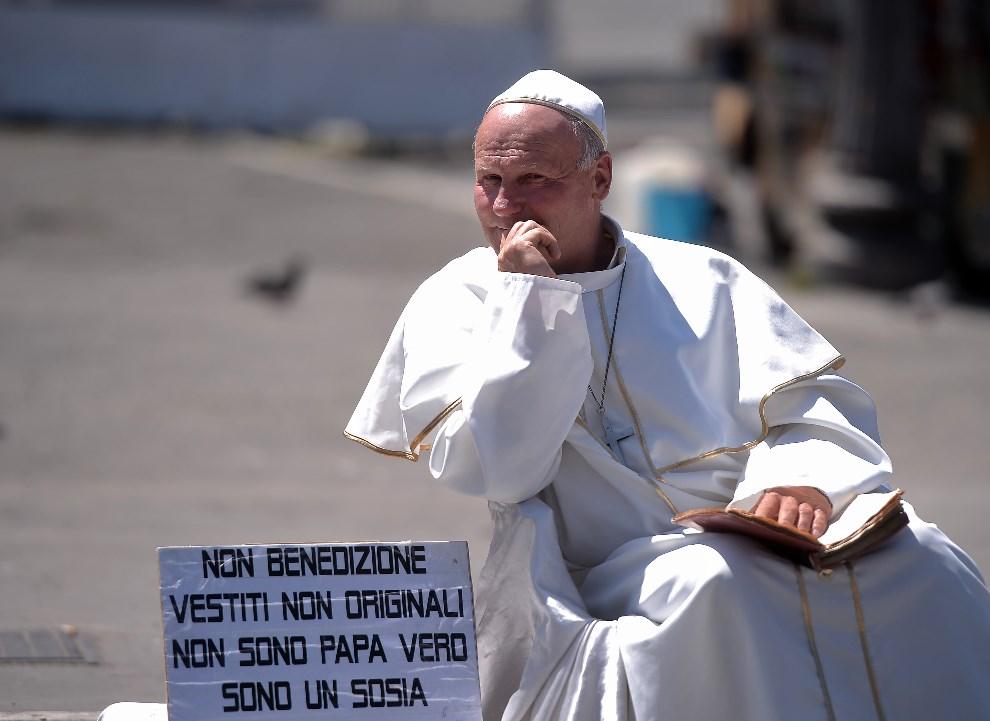 47.WŁOCHY, Rzym, 27 kwietnia 2014: Uliczny artysta w ucharakteryzowany na postać Jana Pawła II.  AFP PHOTO/ Filippo MONTEFORTE