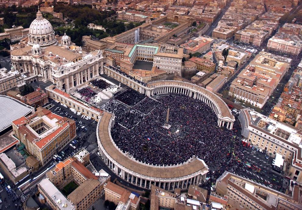 49.WATYKAN, 8 kwietnia 2005: Plac Świętego Piotra podczas pogrzebu Jana Pawła II.  AFP