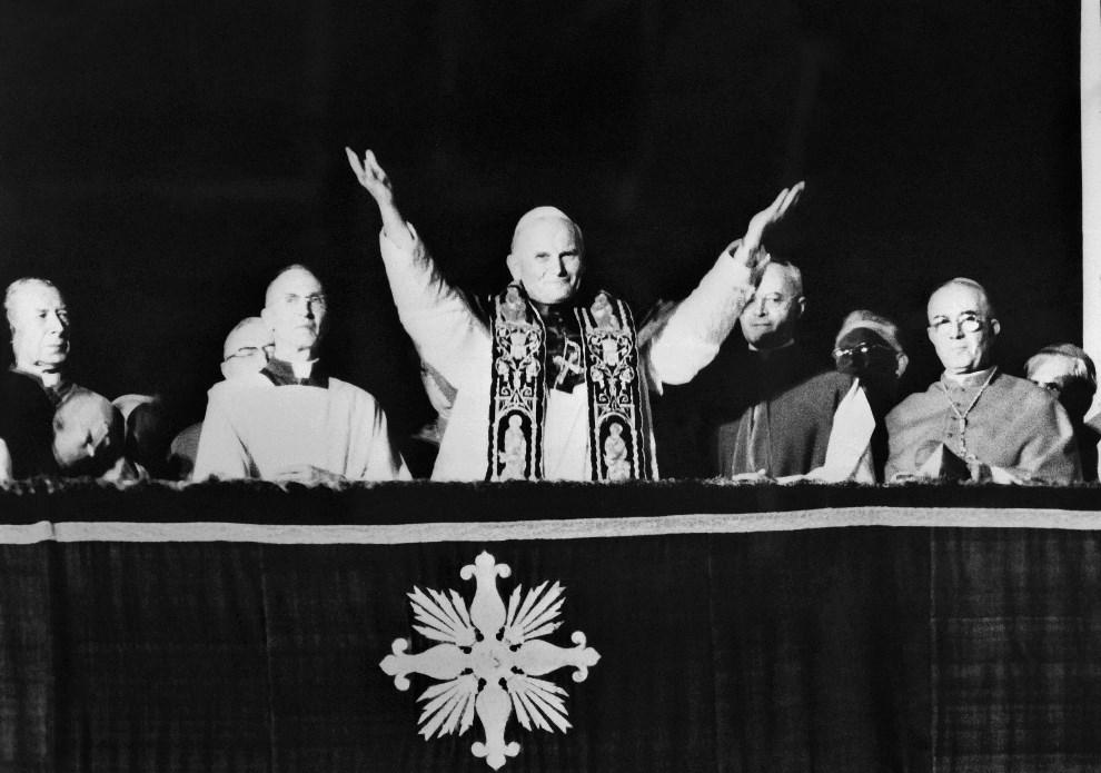 4.WATYKAN, 16 października 1978: Jan Paweł II w chwilę po wybraniu go na głowę kościoła katolickiego. AFP