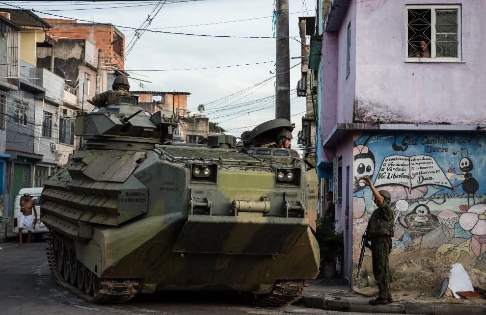 4.BRAZYLIA, Rio de Janeiro, 30 marca 2014: Żołnierze piechoty morskiej zajmują fawelę Complexo da Mare. AFP PHOTO/YASUYOSHI CHIBA