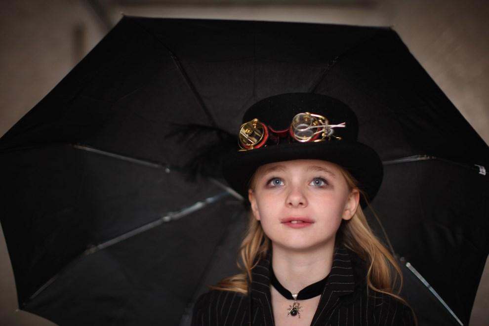 4.WIELKA BRYTANIA, Whitby, 29 kwietnia 2012: Dziewięcioletnia Megan Waller bawiąca się w Whitby. (Foto: Christopher Furlong/Getty Images)