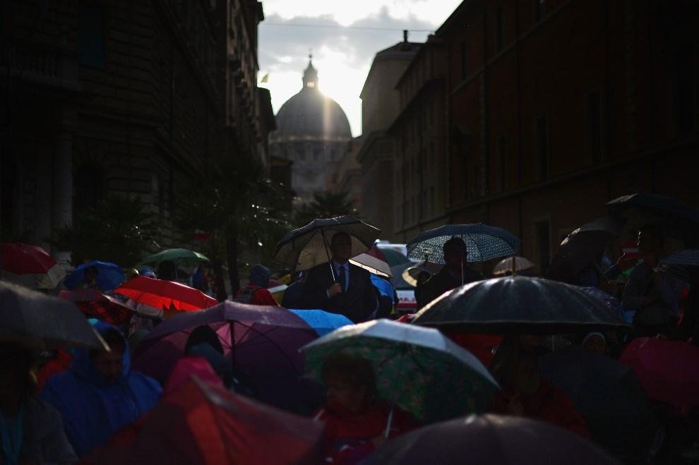 4.WŁOCHY, Rzym, 26 kwietnia 2014: Pielgrzymi uczestniczący w mszy przed Santo Spirito. (Foto: Jeff J Mitchell/Getty Images)