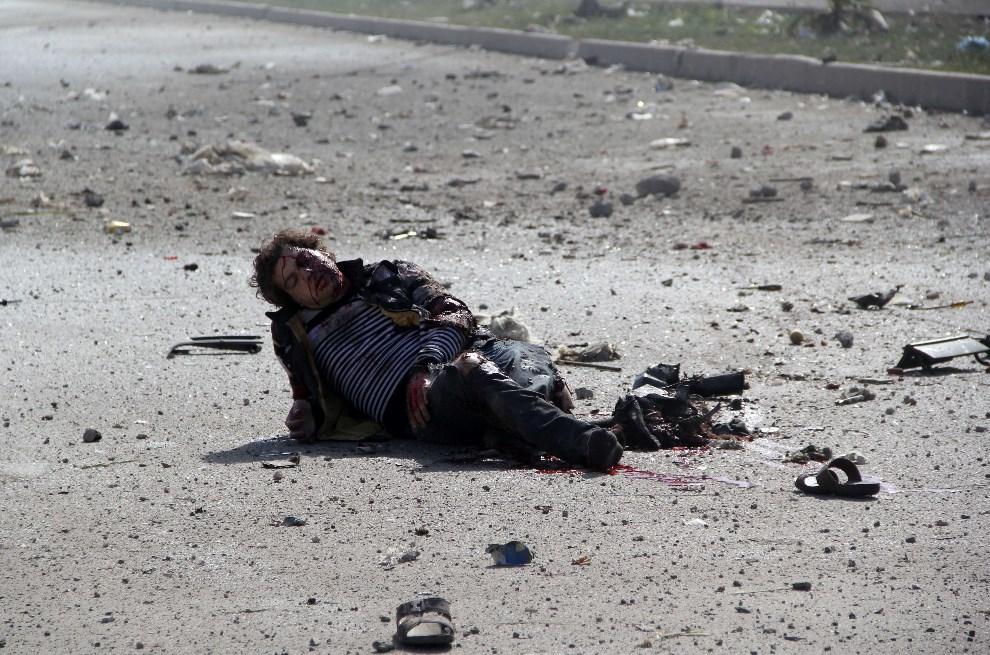 4.SYRIA, Aleppo, 2 kwietnia 2014: Mężczyzna ranny w wyniku nalotu sił wojskowych. AFP PHOTO/MOHAMMED AL-KHATIEB