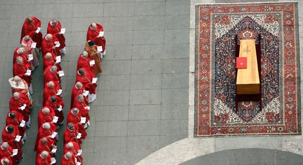 50.WATYKAN, 8 kwietnia 2005: Kardynałowie zebrani przy trumnie z ciałem Jana Pawła II. AFP