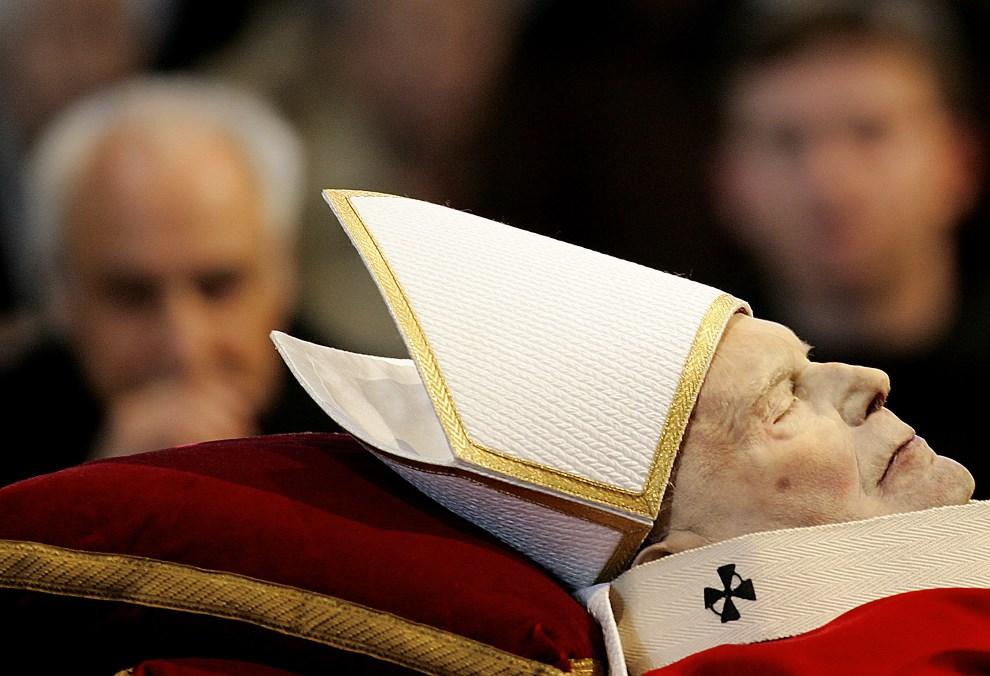 51.WATYKAN, 5 kwietnia 2005: Wierni modlący się przy ciele zmarłego Jana Pawła II. AFP PHOTO/ Filippo MONTEFORTE