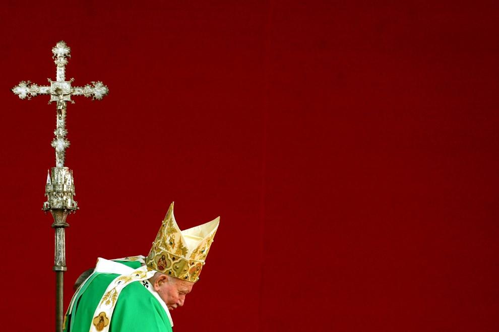 52.POLSKA, Kraków, 18 sierpnia 2002: Zmęczony Jan Paweł II przed rozpoczęciem mszy na Błoniach. AFP PHOTO REUTERS/POOL/ Vincenzo Pinto