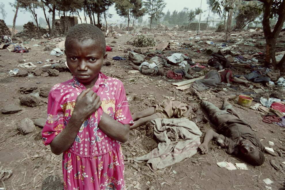 5.ZAIR, Goma, 17 lica 1994: Dziewczynka ocalała z zasadzki, pomiędzy ciałami jej towarzyszy. AFP PHOTO / PASCAL GUYOT