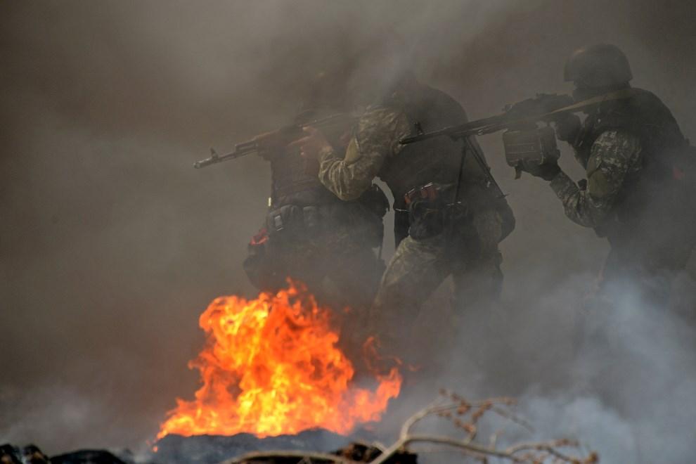 5.UKRAINA, Sławiańsk, 24 kwietnia 2014: Ukraińscy żołnierze z jednostki specjalnej przejmują barykadę. AFP PHOTO/KIRILL KUDRYAVTSEV