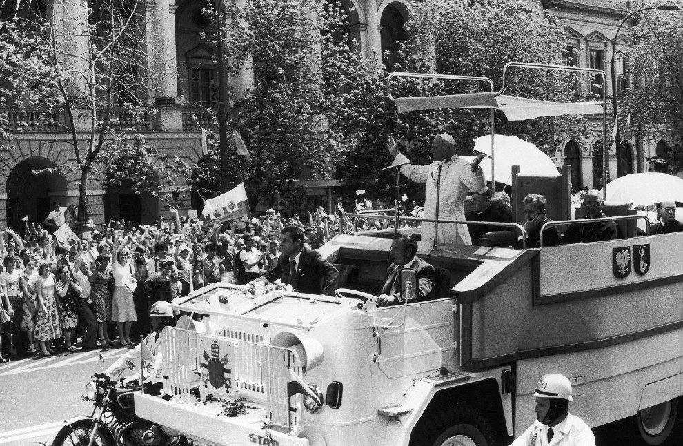 5.POLSKA, Warszawa, 2 czerwca 1980. Jan Paweł II pozdrawia tłumy podczas wizyty w ojczyźnie. (Foto: Keystone/Getty Images)