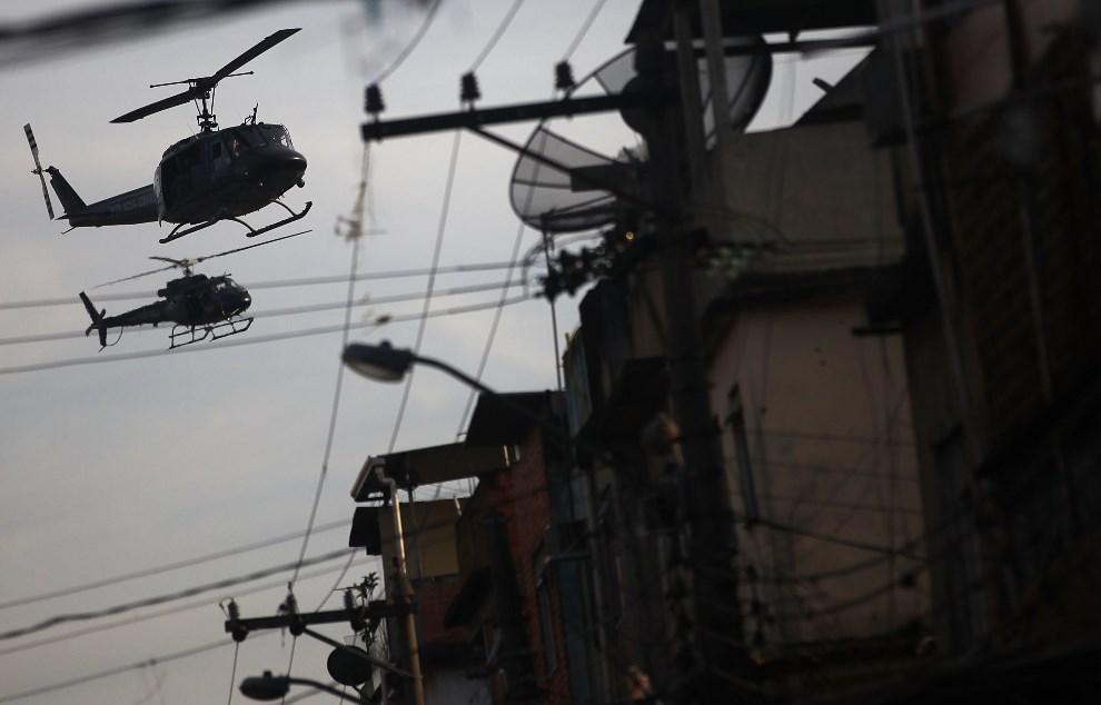 5.BRAZYLIA, Rio de Janeiro, 30 marca 2014: Policyjne helikoptery nad fawelą  Complexo da Mare. (Foto: Mario Tama/Getty Images)