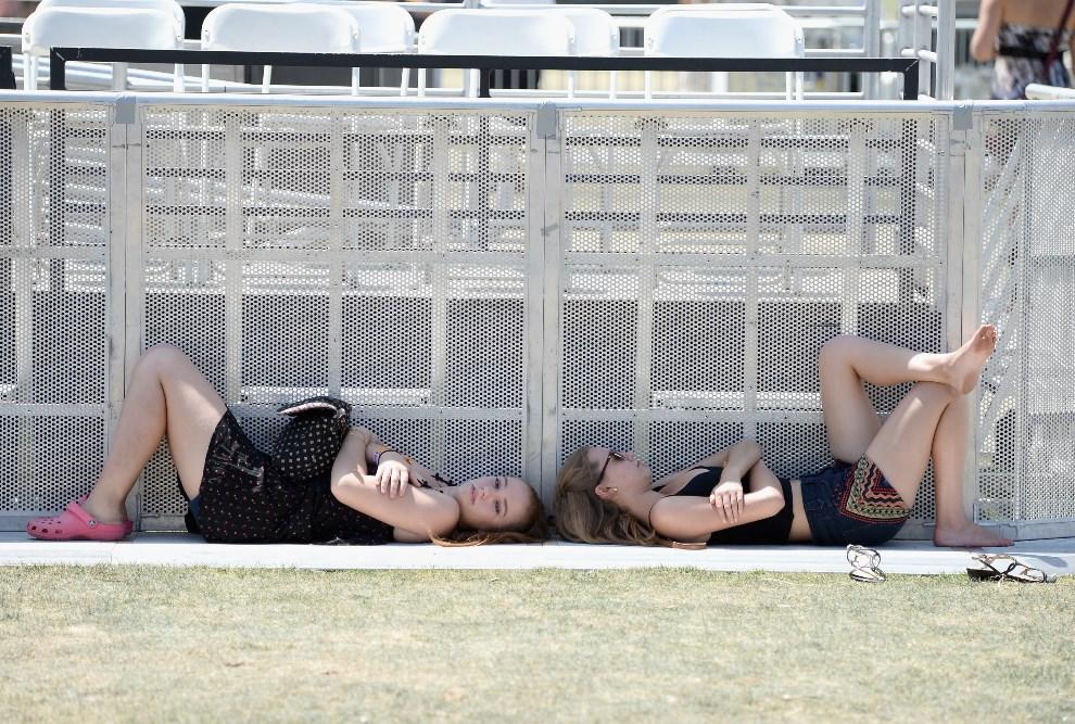 5.USA, Indio, 13 kwietnia 2014: Dziewczyny odpoczywające w cieniu barierek. (Foto: Frazer Harrison/Getty Images for Coachella)