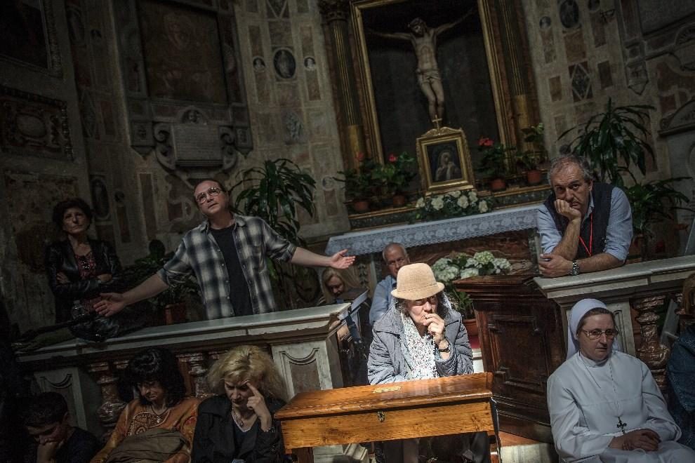 5.WŁOCHY, Rzym, 25 kwietnia 2014: APRIL 25: Wierni uczestniczący w mszy w kościele Santo Spirito. (Foto: Dan Kitwood/Getty Images)