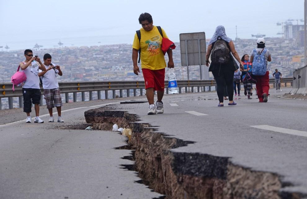 5.CHILE, Iquique, 2 kwietnia 2014: Droga uszkodzona w wyniku trzęsienia ziemi. AFP PHOTO / ALDO SOLIMANO