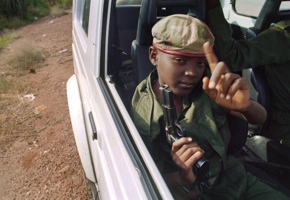 6.RWANDA, Kigali, 9 czerwca 1994: Chłopiec z Rwandyjskiego Frontu Patriotycznego  patrolujący okolicę. AFP