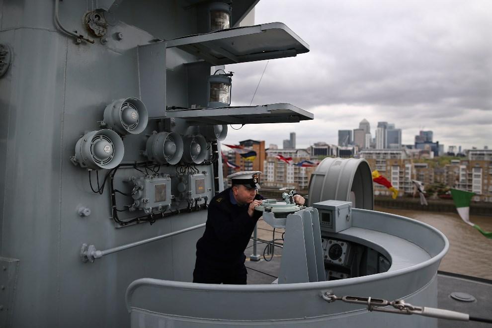 6.WIELKA BRYTANIA, Londyn, 10 maja 2013: Ray Jones demonstruje sposób używania kompasu zainstalowanego na mostku. (Foto: Dan Kitwood/Getty Images)