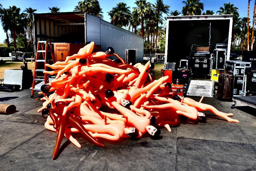 6.USA, Indio, 13 kwietnia 2014: Przygotowania do występu zespołu STRFKR. (Foto: Frazer Harrison/Getty Images for Coachella)